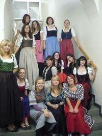 Die Dirndl-Trägerinnen der 2b (HBLA für künstlerische Gestaltung) 2008/09